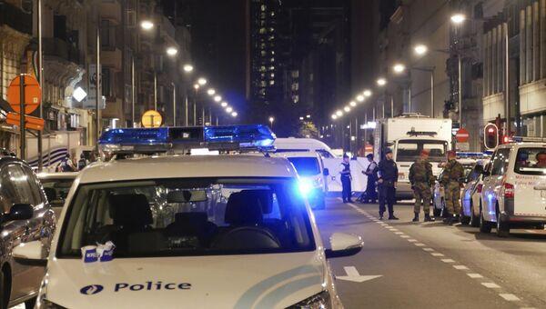 Полицейские и военнослужащие на месте нападения террориста с ножом на военнослужащих в Брюсселе. 25 августа 2017
