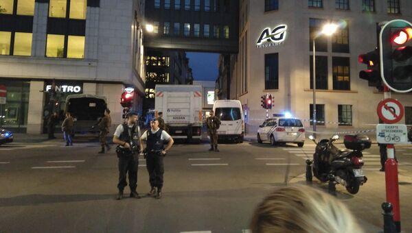 Полицейские на месте нападения террориста с ножом на военнослужащих в Брюсселе. 25 августа 2017