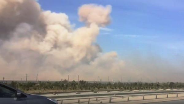 Дым от пожара на оружейном складе в Азербайджане. 27 августа 2017 (кадр из видео)
