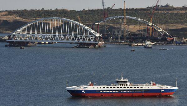 Вид на железнодорожную арку моста через Керченский пролив с горы Митридат в Крыму
