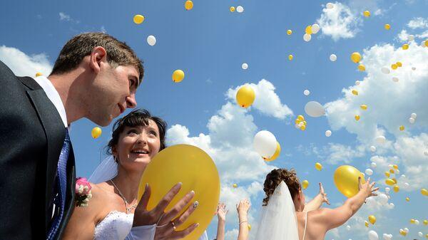 Молодожены запускают воздушные шары