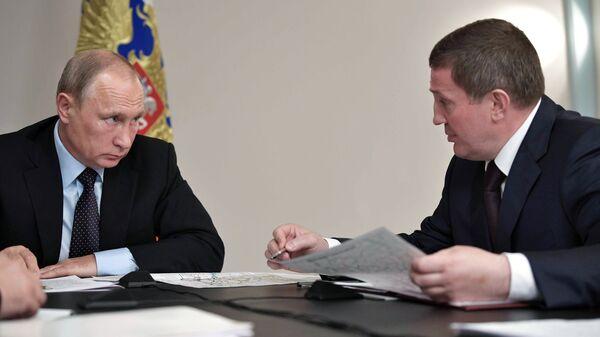 Владимир Путин и губернатор Волгоградской области Андрей Бочаров на совещании