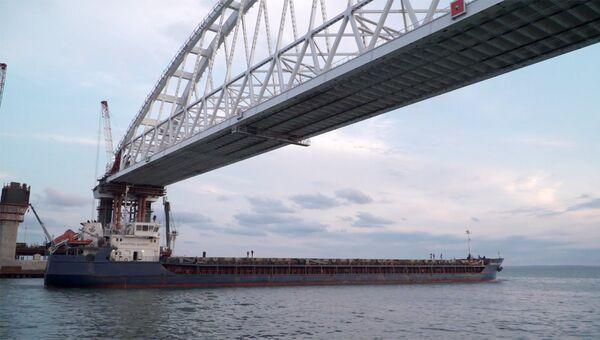 Сухогруз Святитель Алексей стал первым судном, прошедшим под железнодорожной аркой моста в Крым