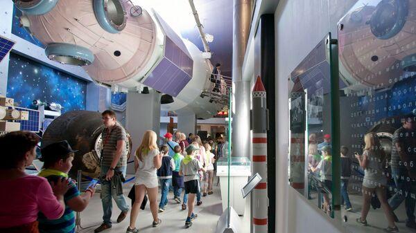 Посетители в Московском Мемориальном музее космонавтики