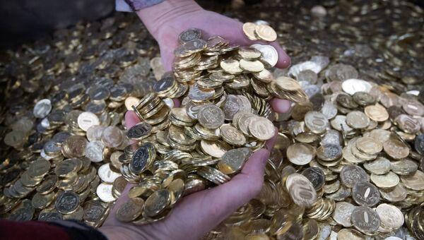 Монеты на линии упаковки.