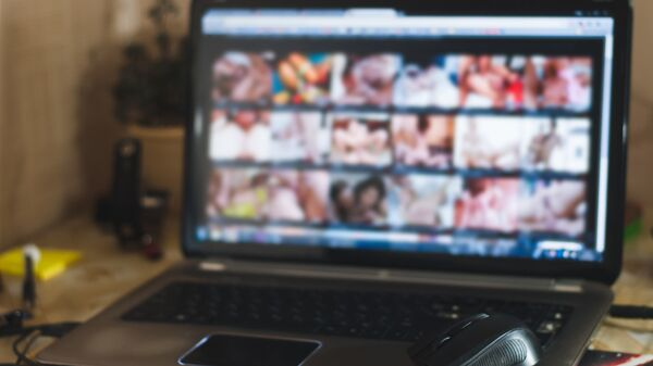 Экран монитора с нелегальным контентом