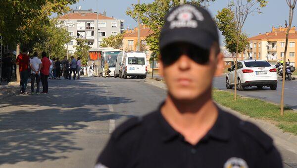 Полицейский на месте подрыва тюремного автобуса в Измире, Турция. 31 августа 2017