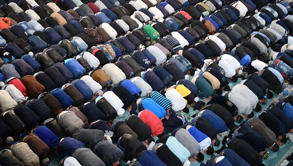 Мусульмане в день праздника жертвоприношения Курбан-байрам в Московской Соборной мечети. 1 сентября 2017