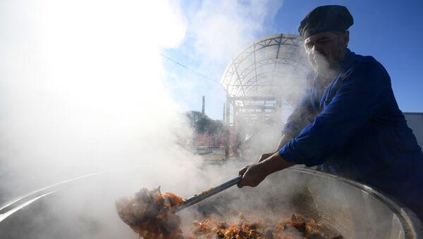 Приготовление плова в комплексе по забою жертвенных животных в Казани в день праздника жертвоприношения Курбан-байрам. 1 сентября 2017
