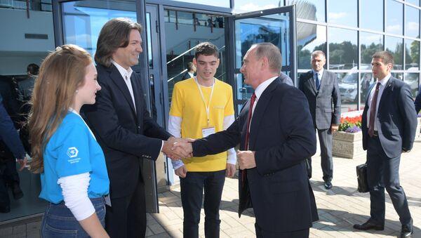 Дмитрий Маликов и Владимир Путин у культурно-спортивного комплекса Арена 2000 в Ярославле.  1 сентября 2017