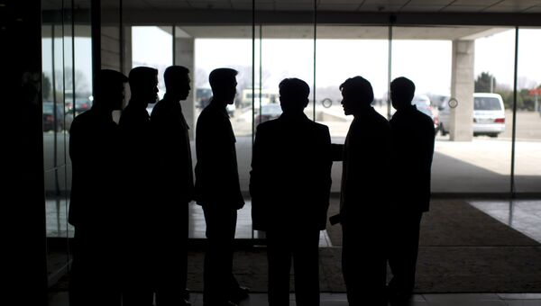 Сотрудники службы безопасности в лобби отеля Янгакто в Пхеньяне