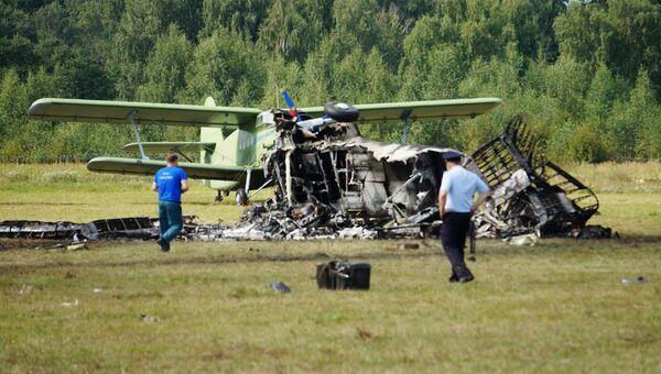 Обломки самолета Ан-2, потерпевшего крушение во время авиашоу, на аэродроме Черное в подмосковной Балашихе. 2 сентября 2017