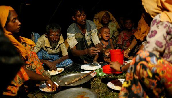 Люди из народности рохинджа во временном лагере в Бангладеш. Архивное фото
