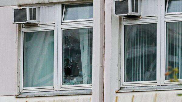 Поврежденное окно школы №1 в Ивантеевке Московской области, где подросток открыл стрельбу