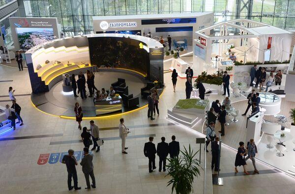 Выставочные стенды компаний на площадке Восточного экономического форума во Владивостоке