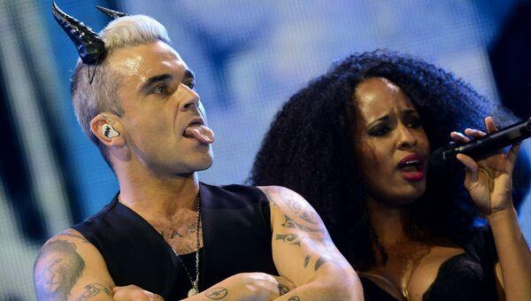 Британский певец Робби Уильямс выступает на концерте в спорткомплексе Олимпийский в Москве. 12 апреля 2015