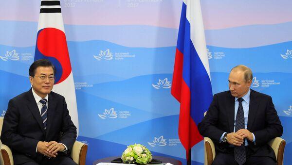 Президент Республики Кореи Мун Чжэ Ин и Владимир Путин во время встречи на ВЭФ на территории ДВФУ на острове Русский. 6 сентября 2017