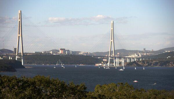 Вид на Русский мост из бухты Аякс во Владивостоке. Архивное фото