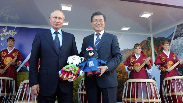 Президент РФ Владимир Путин и президент Республики Кореи Мун Чжэ Ин на выставке Улица Дальнего востока. 6 сентября 2017