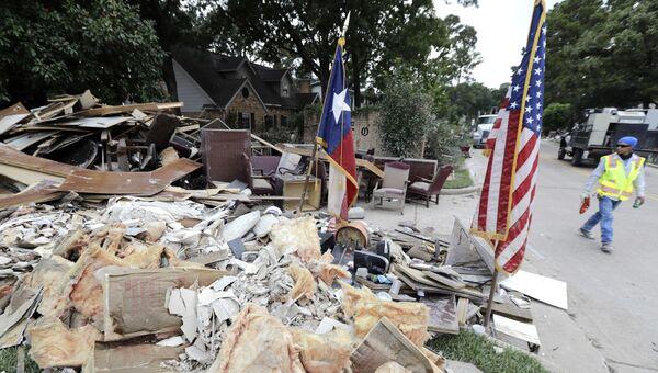 Рабочий у завалов, образовавшихся после урагана Харви в городе Спринг, Техас, США. 5 сентября 2017