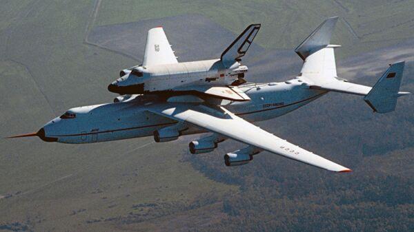 АН-225 с Бураном на внешней подвеске в полете