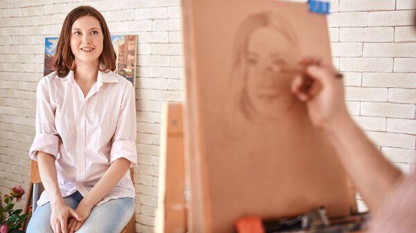 Художник рисует портрет девушки