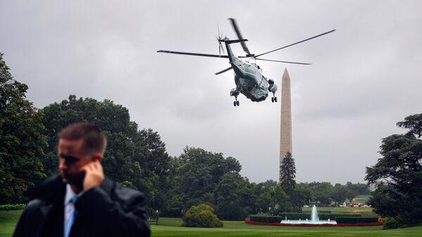 Сотрудник службы безопасности на южной лужайке Белого дома в Вашингтоне