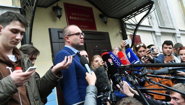 Адвокат Виктор Запрудский общается с журналистами у Басманного суда города Москвы, где рассматривалось ходатайство следствия об аресте ивантеевского стрелка. 7 сентября 2017