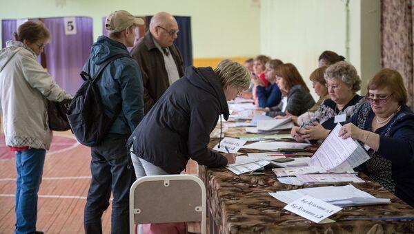 Избиратели в единый день голосования на избирательном участке в Омске. 10 сентября 2017