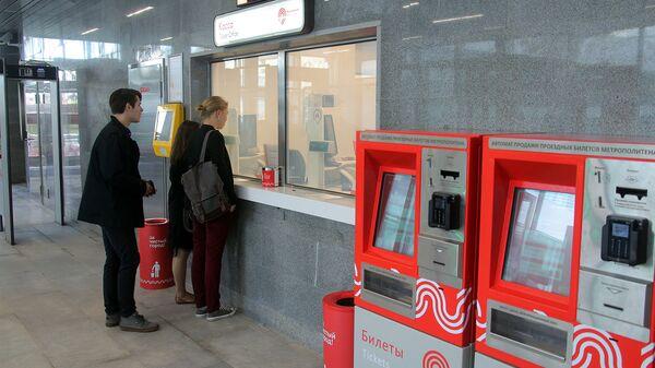 Пассажиры покупают в кассе транспортные билеты