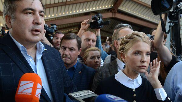 Экс-президент Грузии, бывший губернатор Одесской области Михаил Саакашвили и лидер всеукраинского объединения Батькивщина Юлия Тимошенко на железнодорожном вокзале в польском Пшемышле