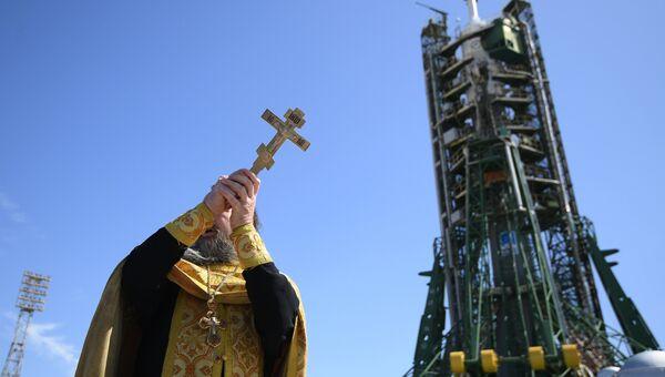 Священнослужитель проводит обряд освящения перед запуском на космодроме. Архивное фото
