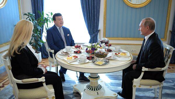 Владимир Путин и певец Иосиф Кобзон с супругой Нинель во время встречи. 11 сентября 2017