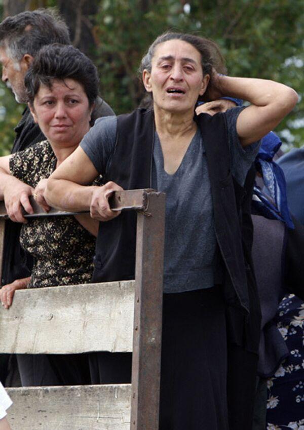 Мирные жители покидают свои дома в окрестностях Цхинвали