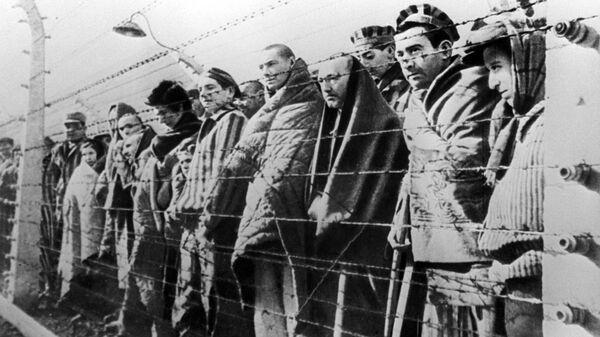 Узники концентрационного лагеря Освенцим. Архивное фото