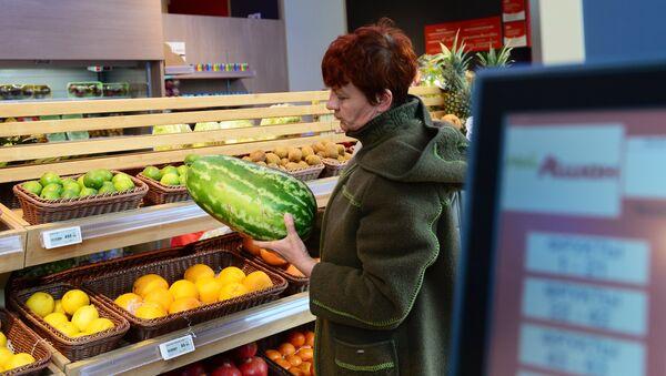 Покупательница в торговом зале супермаркета. Архивное фото