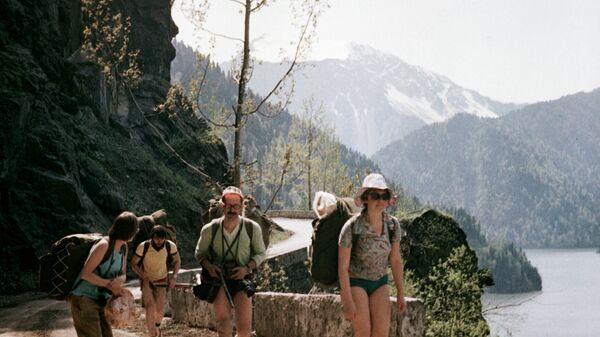 Туристы путешествуют по горам Абхазии