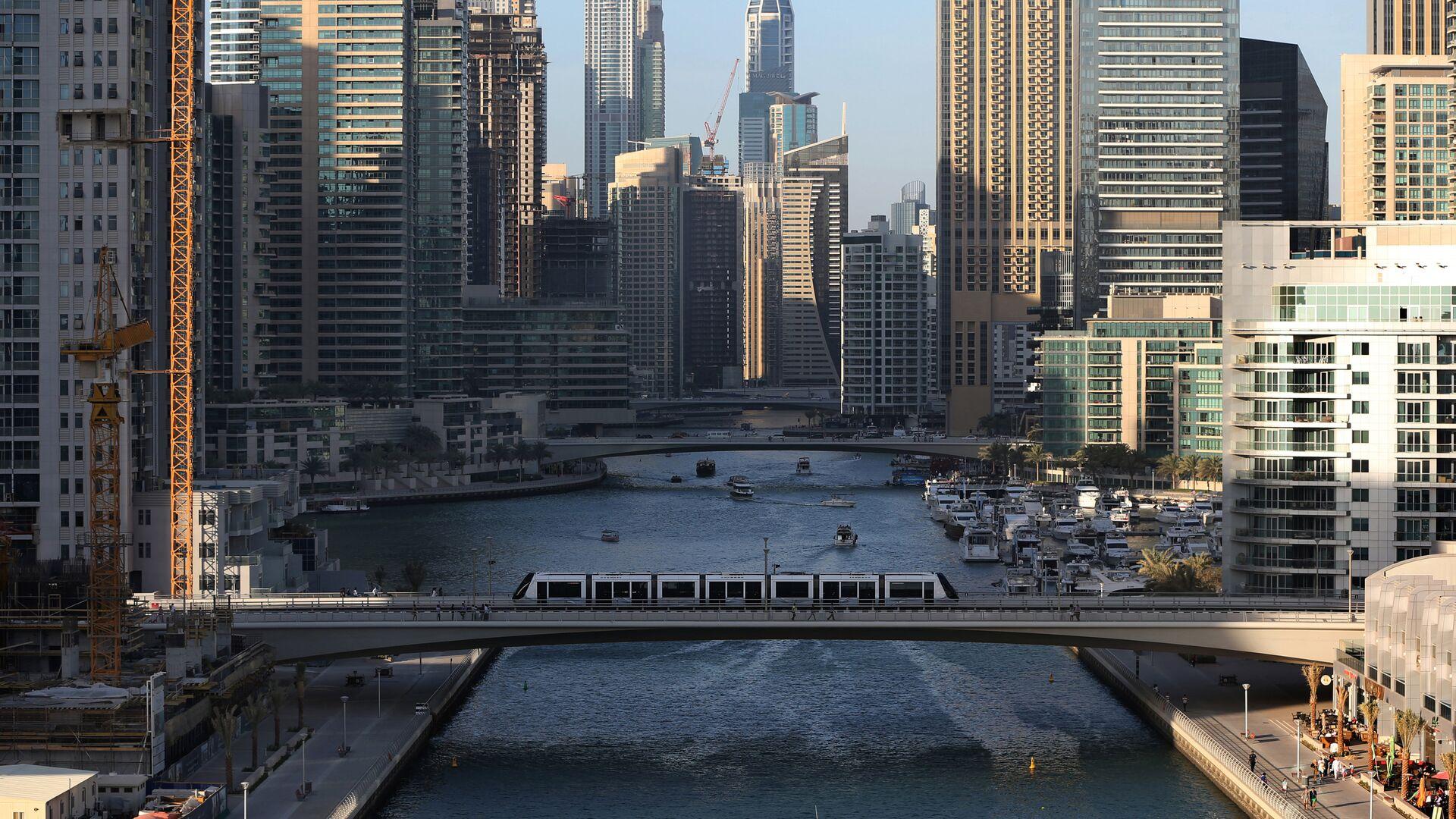 Трамвай проезжает по мосту через канал в Дубае  - РИА Новости, 1920, 15.11.2020
