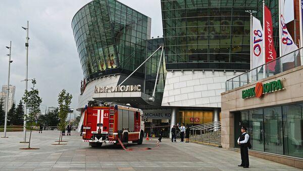 Горожане у торгового центра Метрополис в Москве. 13 сентября 2017