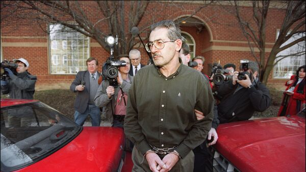Олдрич Эймс возле здания Федерального суда США в Александрии. 22 февраля 1994
