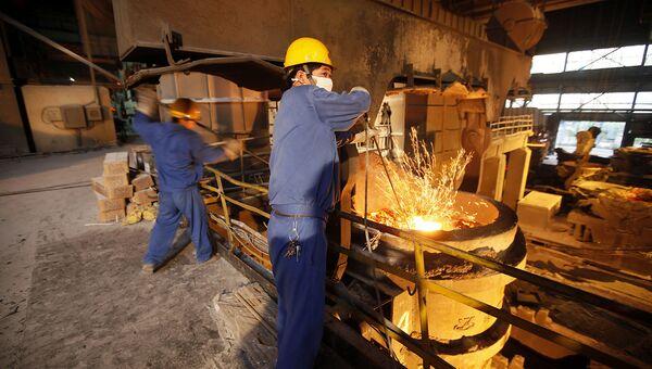 Работники на сталелитейном заводе. Архивное фото