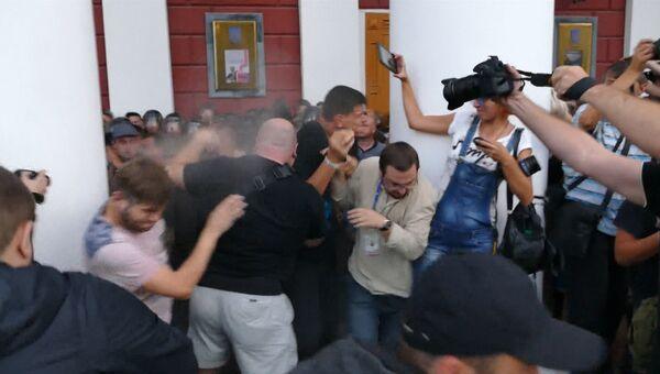 Силовики слезоточивым газом разогнали штурмовавших мэрию Одессы протестующих