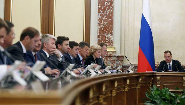Премьер-министр Дмитрий Медведев на заседании правительства