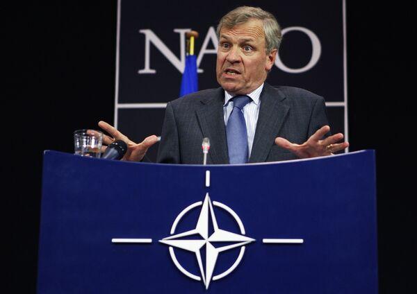 Яап де Хооп Схеффер выступил перед журналистами после экстренной встречи глав МИД 26 стран-членов НАТО