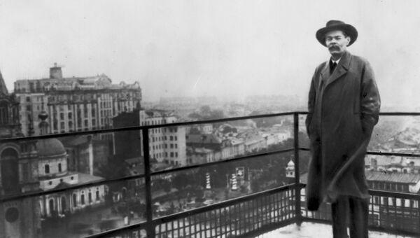 Максим Горький на крыше здания редакции газеты Известия