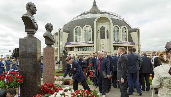 Возложение цветов на Аллее славы знаменитых оружейников перед зданием музея оружия