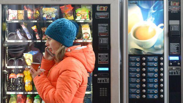 Девушка проходит мимо торгового автомата