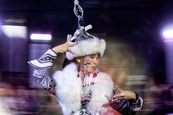 Модель демонстрирует одежду из новой коллекции дизайнера Елены Скакун в рамках международного этнокультурного фестиваля Этно Арт Фест 2017 в Москве