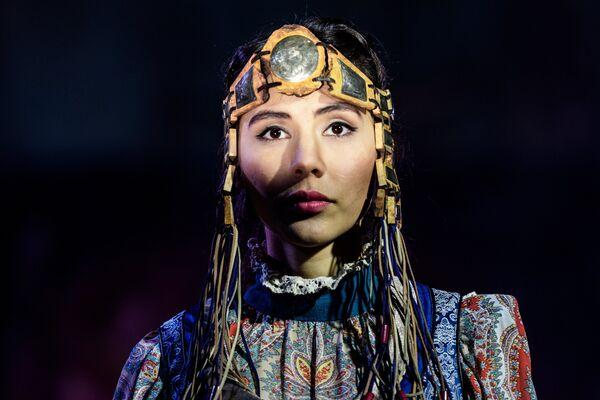 Модель демонстрирует одежду из новой коллекции дизайнера Юлии Хирбээ в рамках международного этнокультурного фестиваля Этно Арт Фест 2017 в Москве