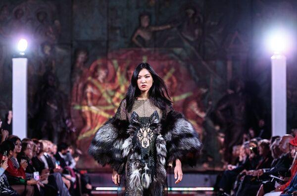 Модель демонстрирует одежду из коллекции Степной волк дизайнера Елены Скакун в рамках международного этнокультурного фестиваля Этно Арт Фест 2017 в Москве.
